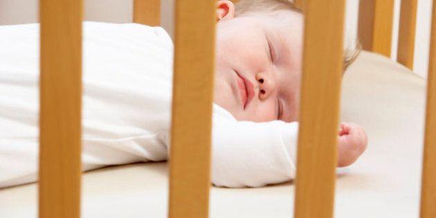 I pediatri avvertono: i neonati dovrebbero dormire nella stanza dei genitori per il primo anno di