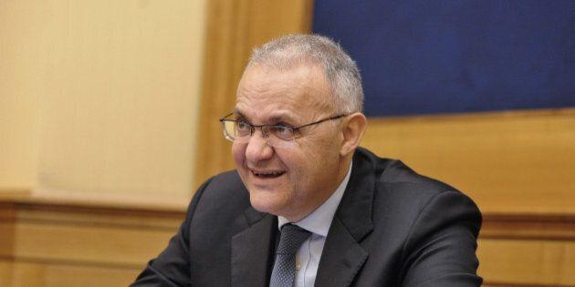 Mario Mauro, l'ex ministro cattolico di Letta, relatore al convegno dell'estrema destra, al fianco di...