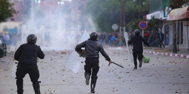 Tunisia, scatta coprifuoco dopo tumulti e vandalismi. Manifestanti chiedono diritti sociali. La più forte...
