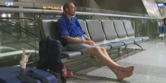 Vola in Cina e aspetta la fidanzata virtuale in aeroporto per 10 giorni: ricoverato per