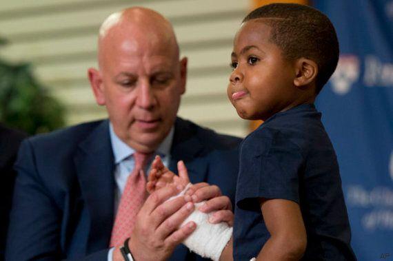 Zion Harvey, 8 anni, riceve un doppio trapianto di mani: è il primo caso al mondo