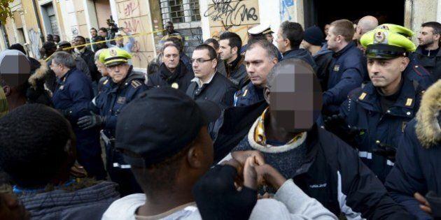 Quaranta pusher aggrediscono i carabinieri al Pigneto per liberare due spacciatori. I residenti:
