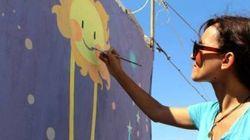 Diala, l'artista che porta i colori nel buio dei campi