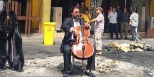Kareem Wasfi il violoncellista che dedica le sue note alle rovine di Baghdad, ogni volta che scoppia...
