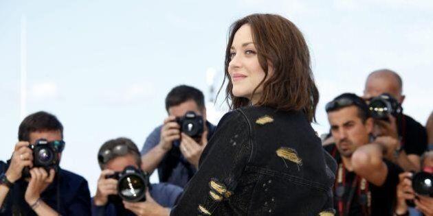 Marion Cotillard aggressiva e splendida a Cannes. Giacca di jeans, borchie e scarpe fetish