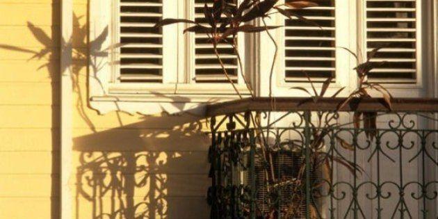 Brescia, esce per fumare: il balcone cede, padre 39enne precipita e