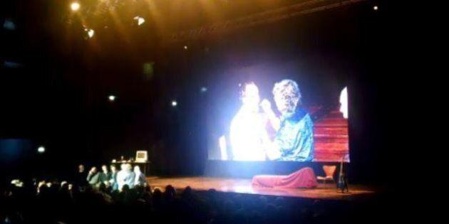 Beppe Grillo, show a Torino. Dà da mangiare grilli ai grillini: