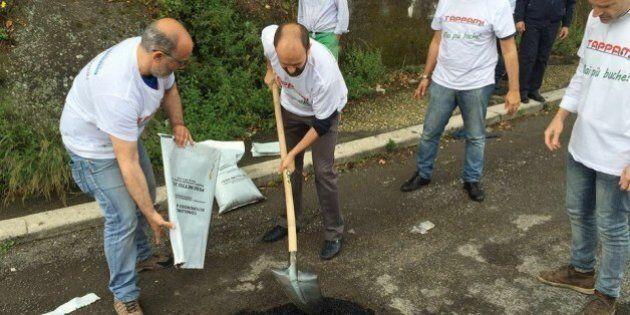 Matteo Orfini imbraccia pala e bitume per coprire le buche a Roma insieme ai volontari di
