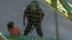 Bimba palestinese finisce in territorio israeliano: il soldato le sequestra la