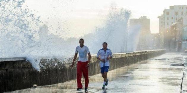Matteo Renzi fa jogging a Cuba, nel lungo mare dove i cubani vivono la movida de L'Avana