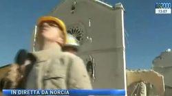 Il cornicione della Basilica di Norcia crolla: panico in diretta