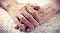 Il marito 87enne è morto da due mesi ma la moglie continua ad alimentarlo perché lo crede