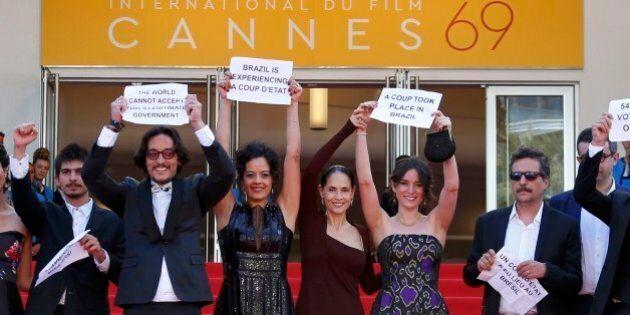 Il cast del film 'Aquarius' protesta contro l'impeachment di Dilma Rousseff: