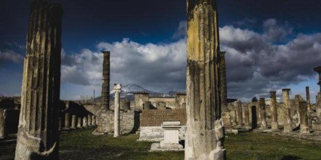 Pompei, crolla muro della Casa del