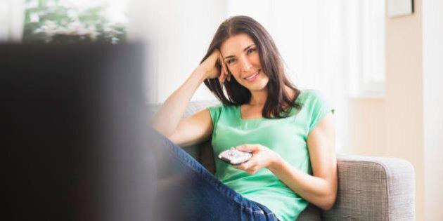 Televisione, trascorrere troppo ore seduti davanti allo schermo può fare insorgere 10 diverse malattie...