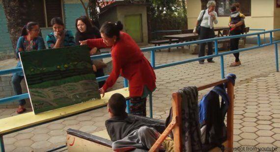 La storia di Amir, il ragazzo disabile che dipinge con la bocca, sopravvissuto al terremoto del