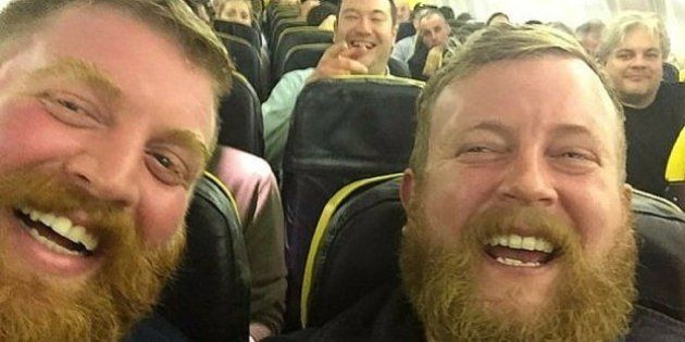Sale su un aereo e trova il suo sosia, fanno un selfie e da Twitter ne trovano un terzo
