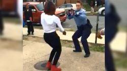 La danza della poliziotta lascia a bocca aperta i teenager
