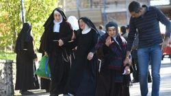 Le suore tornano in monastero per mettere in salvo il cane