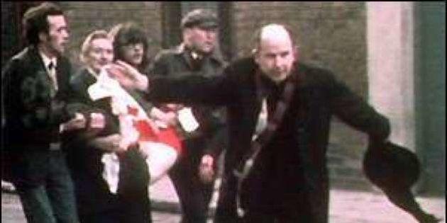 Edward Daly morto. Il prete simbolo del Bloody Sunday aveva 82 anni, indimenticabile foto con il fazzoletto...