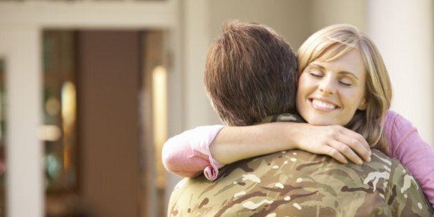 Almeno quattro abbracci al giorno: un gesto semplice che secondo uno studio può migliorare la vostra