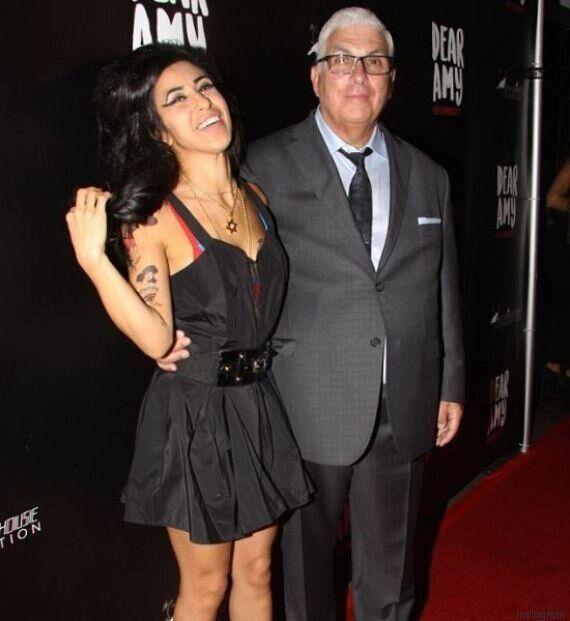 Il padre di Amy Winehouse posa in foto con la sosia della
