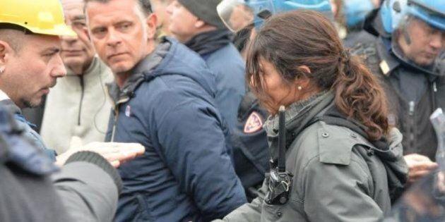 La poliziotta che si è tolta il casco davanti al lavoratore:
