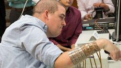 Paralizzato da 6 anni, ora riesce a usare la mano grazie a un microchip nel
