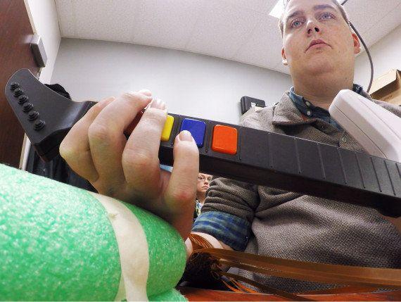 VIDEO. Ian Burkhart, ragazzo tetraplegico, riesce a usare la mano grazie a un microchip nel