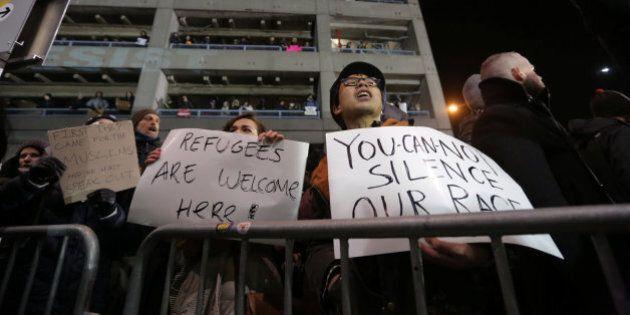 Proteste contro Donald Trump all'aeroporto di New York per la stretta sull'immigrazione. Primi ricorsi...