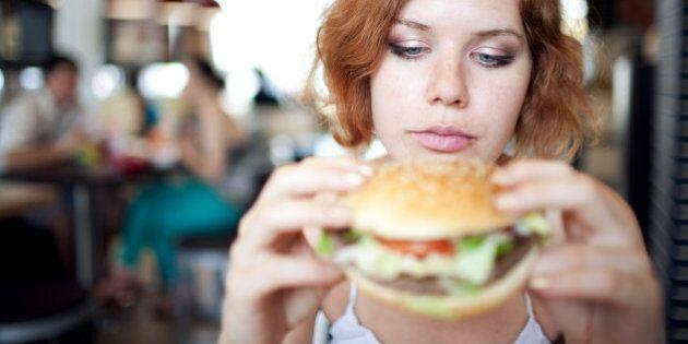 Perché le donne hanno più fame in quel periodo del mese? Secondo uno studio si consumano 500 calorie...