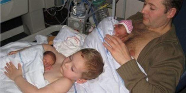 Contatto pelle a pelle. Il fratello maggiore aiuta il papà con i due fratellini nati