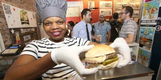 All'expo 2015 è l'ora dell'hamburger di zebra, nuova proposta del padiglione dello Zimbabwe