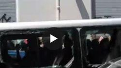 Antagonisti scambiano furgone di turisti per quello dei fascisti. E lo distruggono