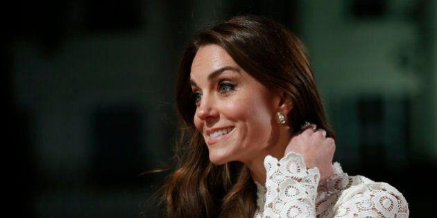 Kate Middleton tradita dal vento: una folata apre lo spacco e le scopre la gamba sul red