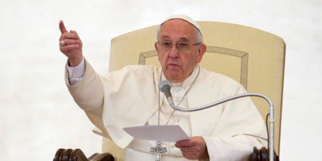 Papa Francesco: si salvano banche e non persone, è una