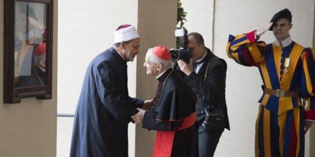 Papa Francesco abbraccia l'Imam Ahmed al Tayeeb: