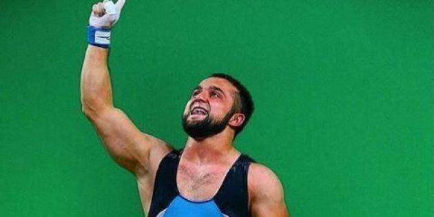 Rio 2016, batte il record del mondo e si mette a ballare: il pesista Nijat Rahimov diventa virale sul