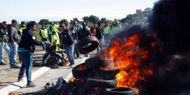 Jobs Act francese, tutte le raffinerie chiuse per sciopero. Non si ferma la rabbia per la riforma del...
