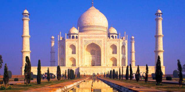 Il Taj Mahal sta diventando verde per gli escrementi degli insetti. Ma togliere lo sporco danneggia il