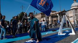 Il Dio Nettuno abbatte le trivelle. Flash mob per il Sì a Piazza del
