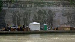 Paradossi capitali. Il murale di Kentridge oscurato dalle bancarelle dell'Estate