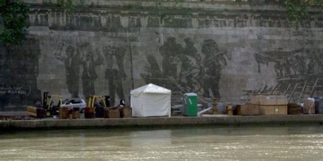 Murale di Kentridge oscurato dalle bancarelle dell'Estate romana. Su Change.org la petizione degli artisti