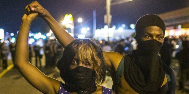 Ferguson: due giorni di guerriglia, arresti, giornalisti in manette. Sindacato di polizia indice il Darren...