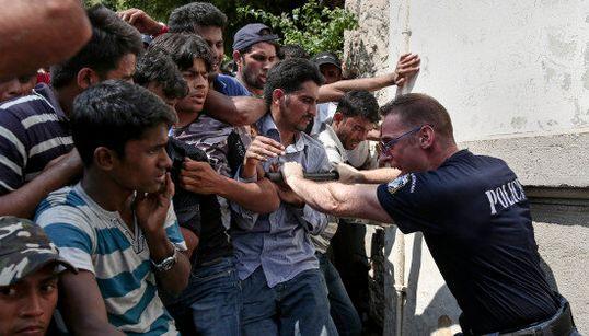 Manganelli contro i migranti, passo falso di