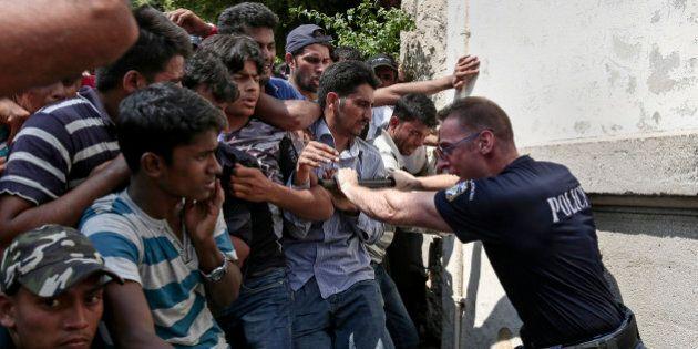 Grecia, Kos al collasso: la polizia manganella i migranti. Una macchia sulla reputazione di Alexis Tsipras