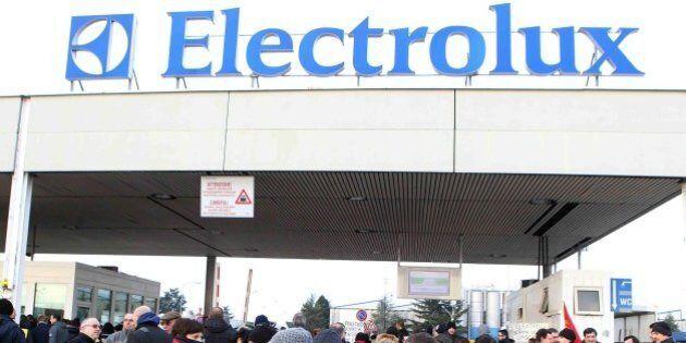 Electrolux resterà aperta a Ferragosto: c'è l'accordo con i sindacati. Hanno aderito 30