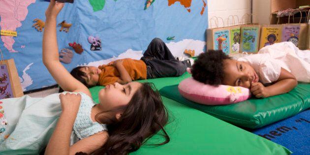 L'asilo nido aperto anche di sera: a Milano (e non solo) l'iniziativa che lascia liberi i