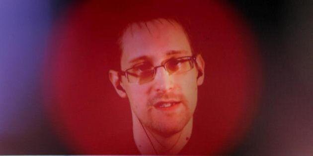 Edwards Snowden ci parla della velocità con cui l'FBI riuscirebbe a leggere le email di Hillary