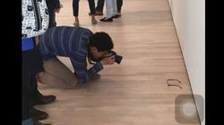 Mette gli occhiali sul pavimento della galleria. I visitatori li scambiano per un'opera
